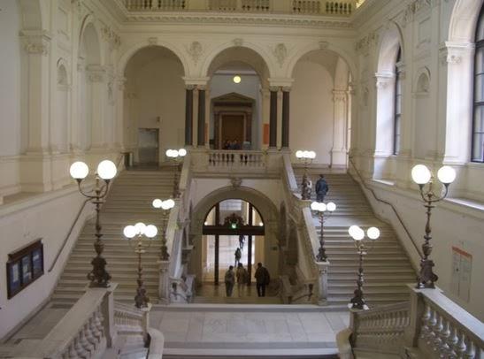 簡樸的維也納大學主樓,圖中最低處是入口玄關,導覽團多從此處開始。