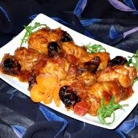 udka z piekarnika ze śliwkami w sosie pomidorowym