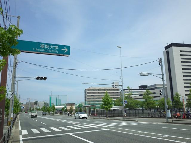 福岡大学への道路の案内板