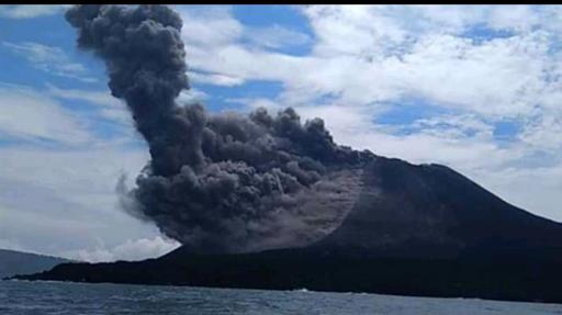 Subhanallah...Gunung Anak Krakatau Semburkan Awan Pekat