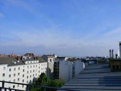 Das aktuelle Wetter in Wien-Favoriten am 05.05.2015:  Heute gibt es Sommerwetter wie wir es im Juli kennen. Es wird bis zu 29 Grad warm, sollte der Sonnenschein durch Schleierwolken nicht getrübt werden, könnte auch die 30 Grad Marke geknackt werden. Lästige Nebenerscheinung ist die Luftfeuchtigkeit, bei aktuellen 90% fühlt sich die Luft dampfig und sehr schwül an. Nach Frühwerten von 15.2°C messen wir aktuell bereits exakt 18 Grad. Wer kann sollte den Tag genießen, denn bereits morgen wird es wieder fast 10 Grad kühler werden. #wetter #wien  #favoriten  #wetterwerte