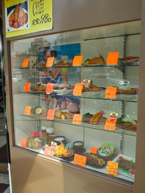 店頭のサンプルケース。揚げ物中心で、ほぼキツネ色の料理の数々