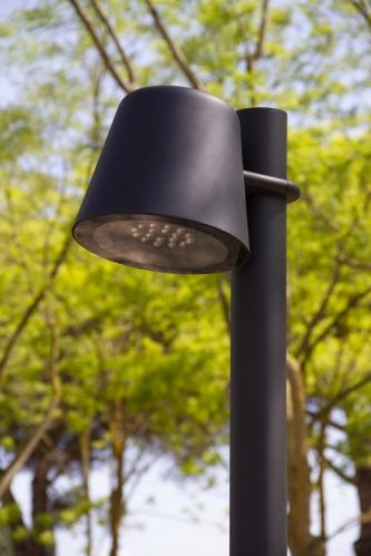 De Tumbler straatverlichting met een paalbevestiging uit de collectie van Urbidermis by Santa & Cole naar een design van Industrial Facility
