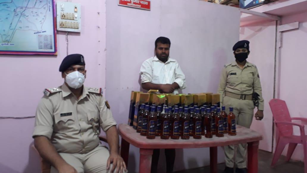 पुलिस ने सेमरा के पास छापेमारी कर बाइक सहित 18 लिटर विदेशी शराब के साथ एक व्यक्ति को किया गिरफ्तार कर भेजा जेल