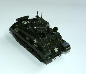 Miniatuur Sherman Tank aangeboden aan gastgezin door Britse veteraan van de Coldstream Guards tijdens bezoek aan Enschede. http://www.secondworldwar.nl/enschede/