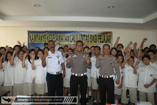 Kasatlantas Polres Mojokerto Kota AKP Kadek Oka Suparta didampingi Kanit Dikyasa,Ipda Jaka, menjelaskan kepada pelajar salah satunya di SMP TNH Kota Mojokerto