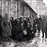 На пл.Св. Теодора, 1917 р. Справа видно синагогу на Вугільній. фото Юзефа Яворського..jpg