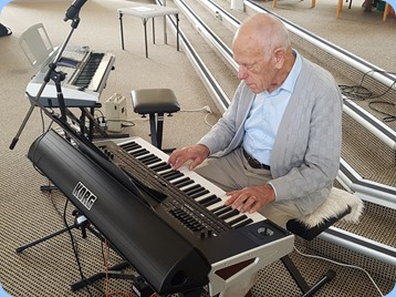 Ron Clingin playing the Korg Pa4X.