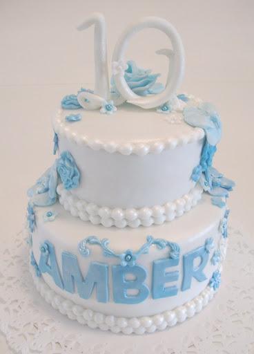 864- Witte taart met blauwe bloemen.JPG