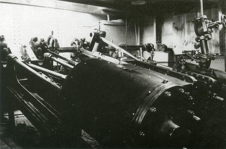 Sala de maquinas del vapor. Foto Familia Sales. Del libro El Vapor ANITA. La Historia d´un Mite.jpg