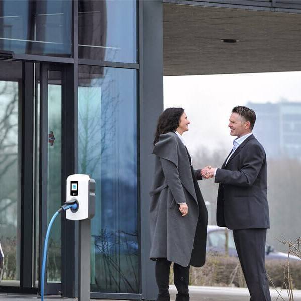 ENERGIE - Nieuw businessmodel voor laadpalen: ChargePro plaatst laadpaal met reclamescherm