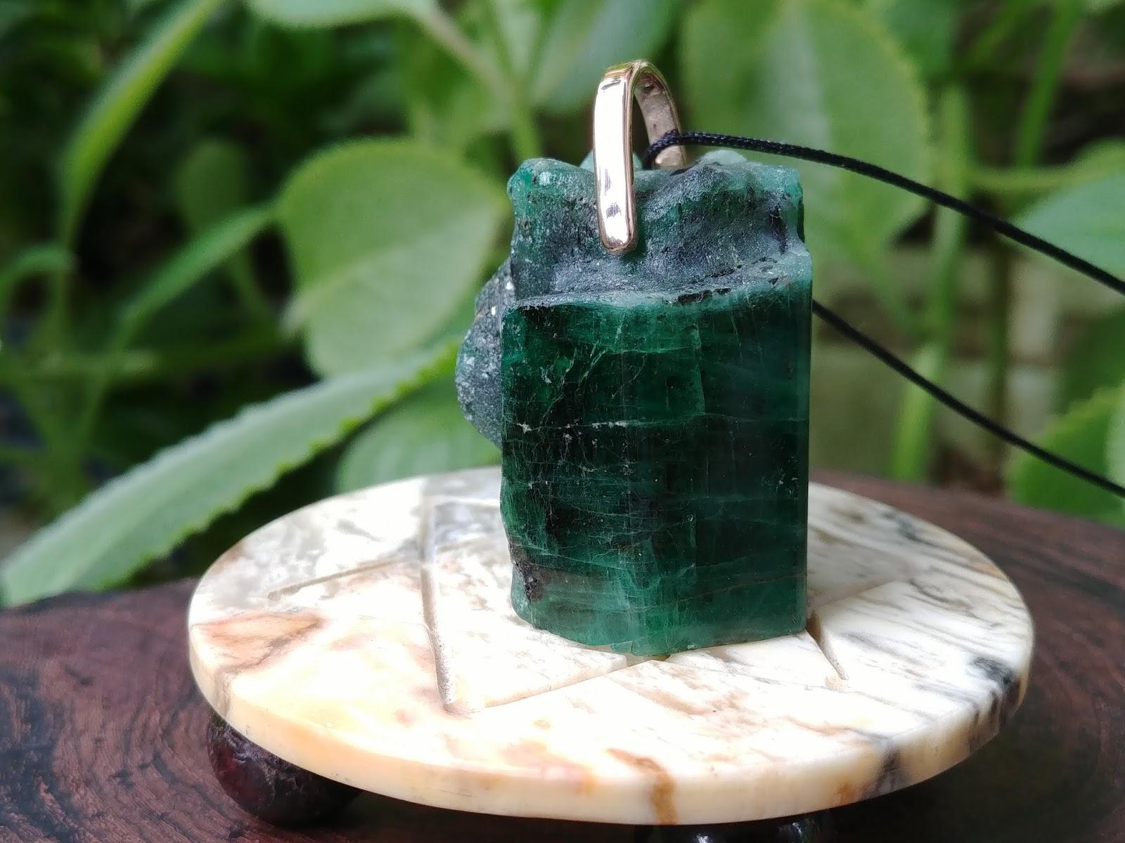 Mặt dây tinh thể đá Emerald , Ngọc Lục Bảo thiên nhiên kẹp móc vàng hồng
