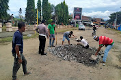 Dinilai Membahayakan Pengendara, Unit Satlantas Polres Soppeng Lakukan Penimbunan Jalan di Cabenge
