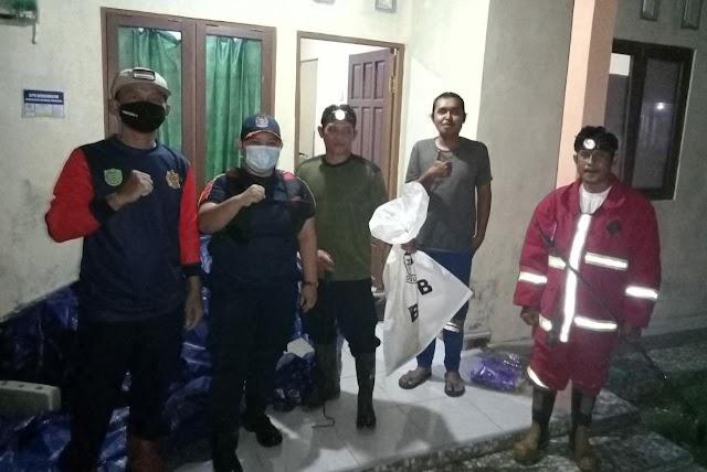Masuk Rumah Warga, Empat Personel Tim Damkar dan TRC Pulpis Tangani Ular Cobra