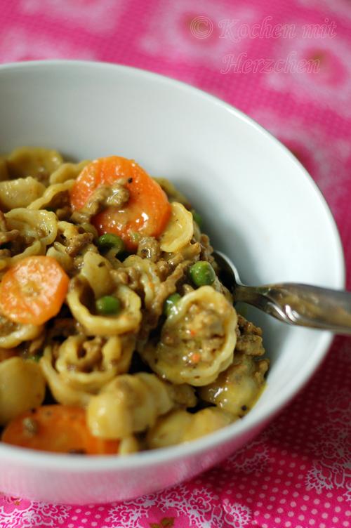 Pasta mit Curry, Hackfleisch und Möhren