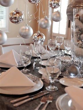 Mesa decorada para ano novo prata