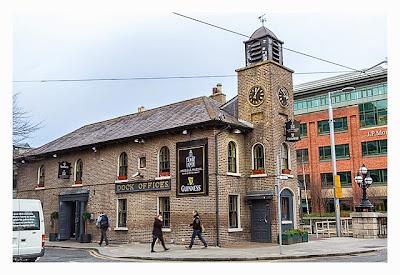 Geocaching in Dublin: Einer der vielen Pubs