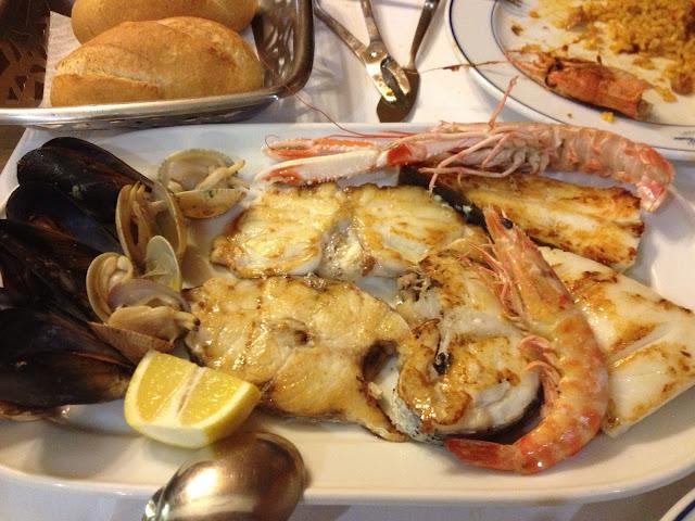 kalkan, fener, dil balığı, midye, karides ve scampiden oluşan karışık ızgara tabağımız, Pescador Barselona