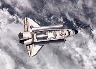 Imagen del transbordador Discovery mientras se aproxima a la estación espacial antes del acoplamiento