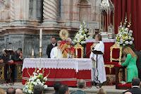 Bendición durante la misa de ofrenda