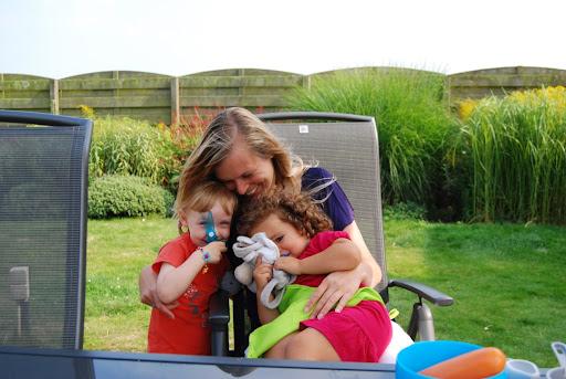 Mijn vriendinnetje Lily en ik verstoppen ons bij mammie!