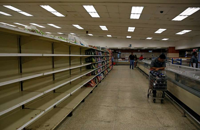 People buy food and other staple goods inside a supermarket in Caracas, Venezuela, 30 June 2016. Photo: Mariana Bazo / Reuters