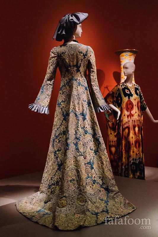 Oscar de la Renta for Pierre Balmain, Evening ensemble: dress and bow, Autumn/Winter 2002 - 2003.
