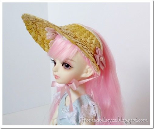 A small ball jointed doll (Yuna) wearing a half bonnet made from a straw hat.  Let's see how to make it.