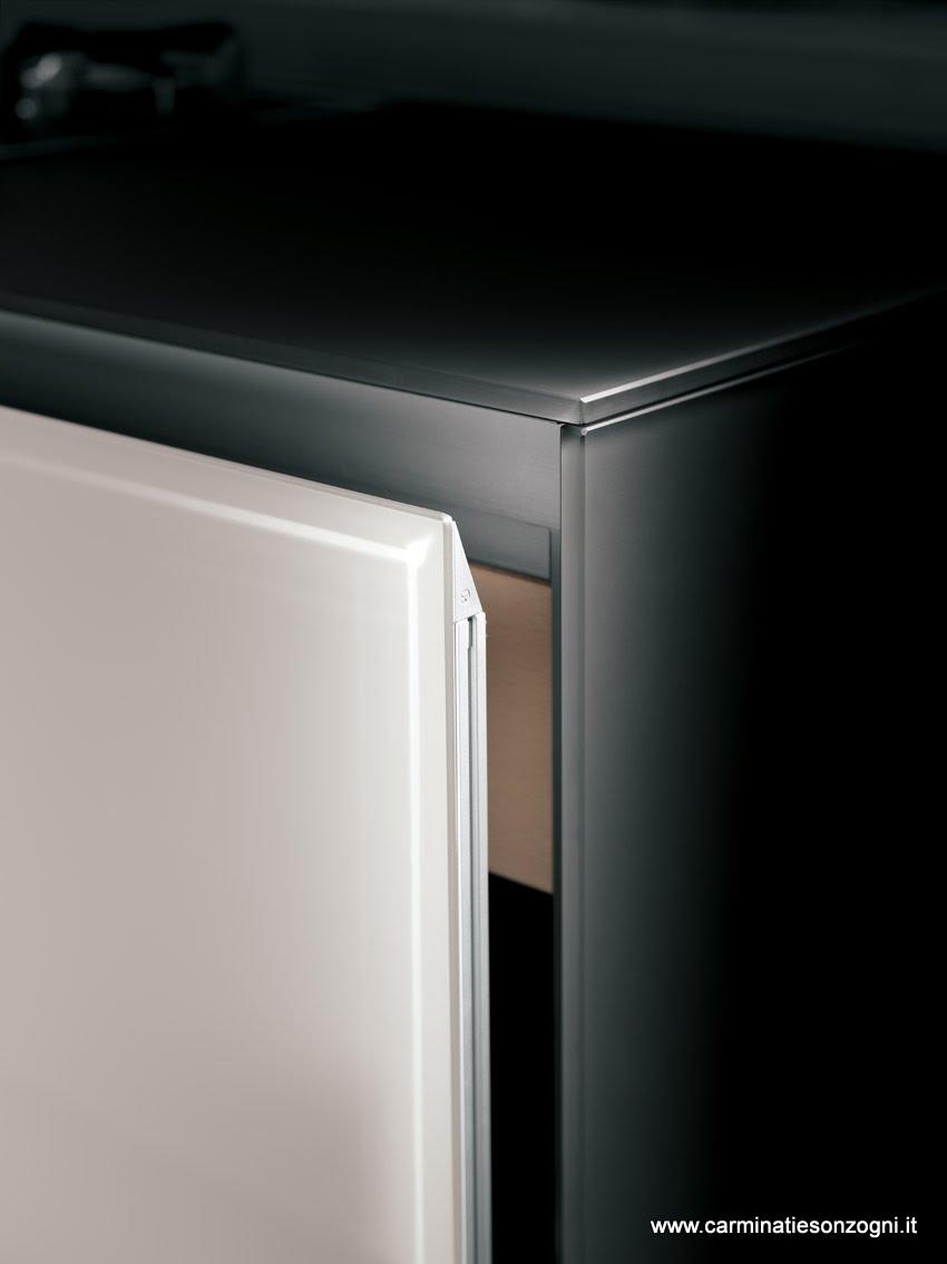 cucina Valcucine mod. vitrum bianca, particolare anta in vetro con telaio interno in alluminio, piano e fianco in vetro.jpg