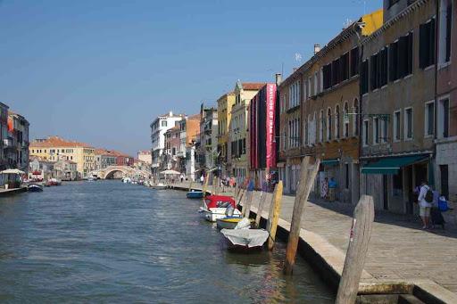 Le canal de Cannaregio. Débarquement de la navette aéroport, station Guglie