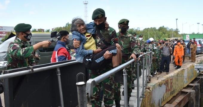 Akhirnya, Nenek Sumiyati Naik KRI Banda Aceh Bersama Satgas Pamtas Yonif MR 411/PDW Kostrad Kembali Ke Kampung Halaman