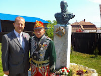 Farkas Iván egy hagyományőrző huszárral.JPG