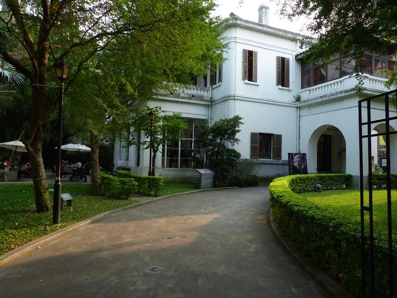 Cafe SPOT. Ancienne residence de l'ambassadeur Americain transformee en cafe et cinema Arts et Essais.