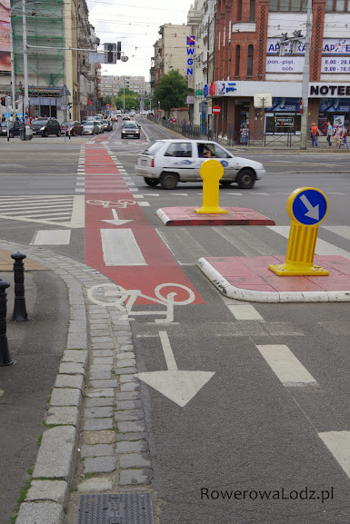 Tylko rowerzyści mogą przejechać to skrzyżowanie na wprost i tylko w jedną stronę.