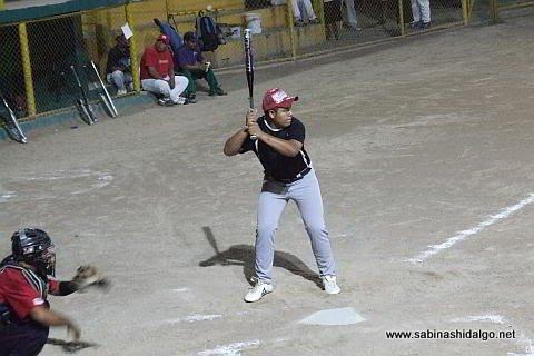 Edgar Castañeda bateando por Taller González en el softbol nocturno