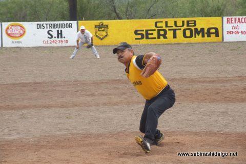 Nabor Soto de Fantasmas en el softbol del Club Sertoma