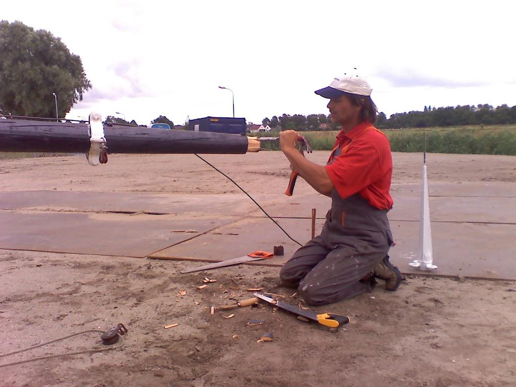 Marcel maakr de mast een topje kleiner