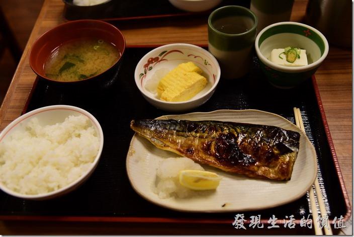 日本-街角屋平價和食定食料理。鯖魚定食,日幣590丹。這鯖魚烤得非常的好吃,而且還非常鮮嫩,就是超好吃,除了一碗白飯、味噌湯及豆腐,還有玉子燒。