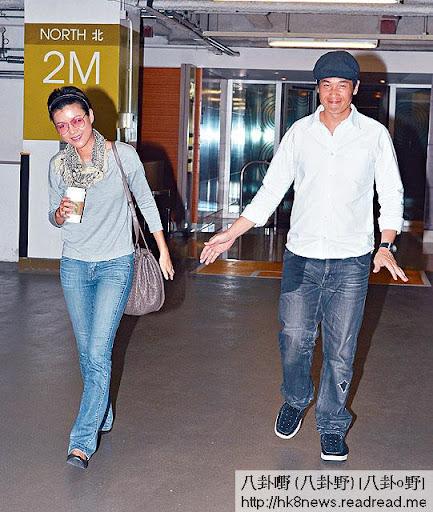 原本陳豪幫女友攞手袋,點知有記者影相,陳茵媺已醒目自己攞番,但陳豪一臉尷尬。