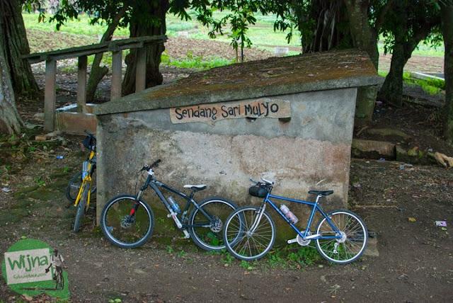 Mata air keramat bernama Sendang Sari Mulyo yang konon merupakan pemandian Dewi Nawangwulan yang terletak dekat dengan lokasi situs keramat Gua Lawa di Dusun Nogosari,Selopamioro, Imogiri, Bantul, Yogyakarta