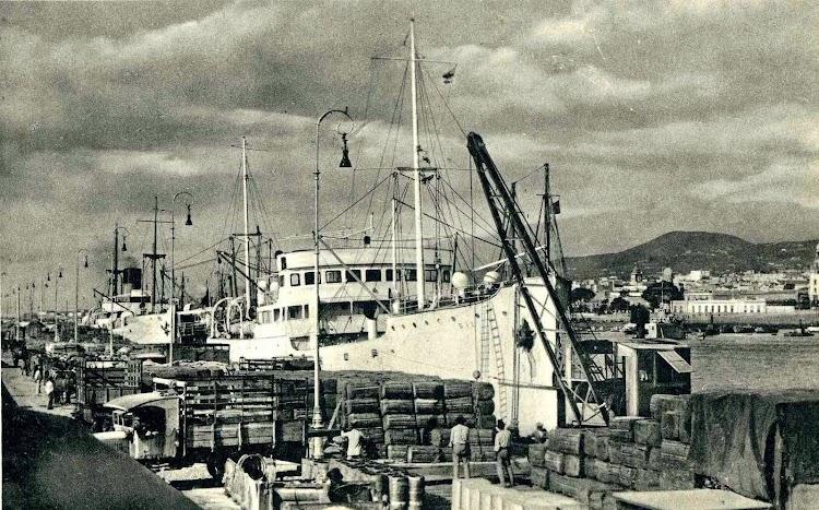 La motonave SIL en el puerto de Tenerife. Ca. 1930. Postal.jpg