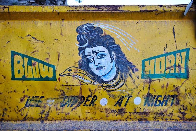 "Regula numarul 1 in traficul din India: ""BLOW HORN!!!""."