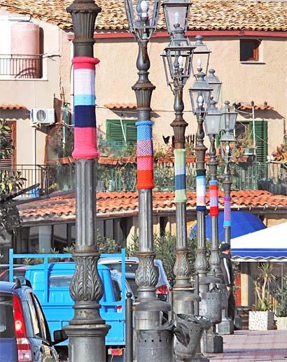 Streetart in Form von Laternenwärmern – auch eine Verschönerung (Porticello)