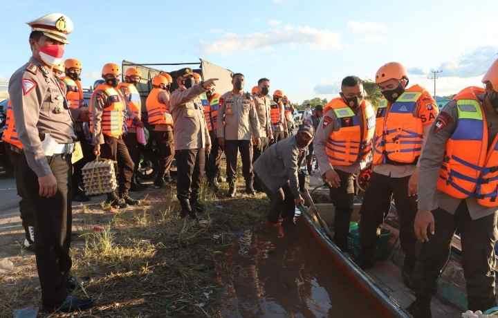 Peduli Korban Banjir, Kapolda Kalteng Distribusikan Bantuan Sembako dari Polda Kalsel di Desa Bukit Rawi