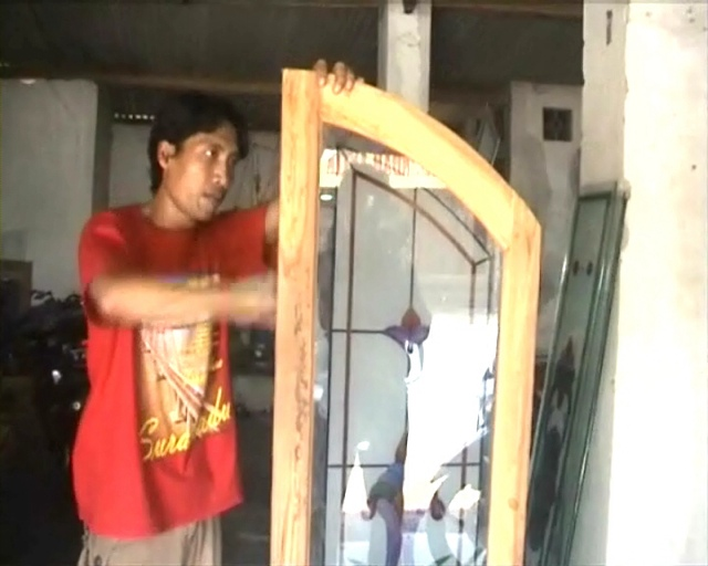 Daya Beli Lemah, Perajin Kaca Grafier Kurangi Produksi