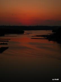 日没後の光景です。船の波紋と夕景が合います。