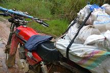 Z aut přeberou zásoby motorkáři, kteří je rozváží do jednotlivých vesnic. Tedy přesněji do těch, kam se dá na motorce dorazit. Jinde vypomohou jízdní kola. (Foto: Marcela Janáčková, ČvT)
