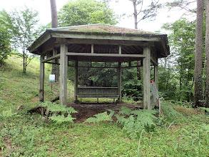 東屋(左上が山頂)
