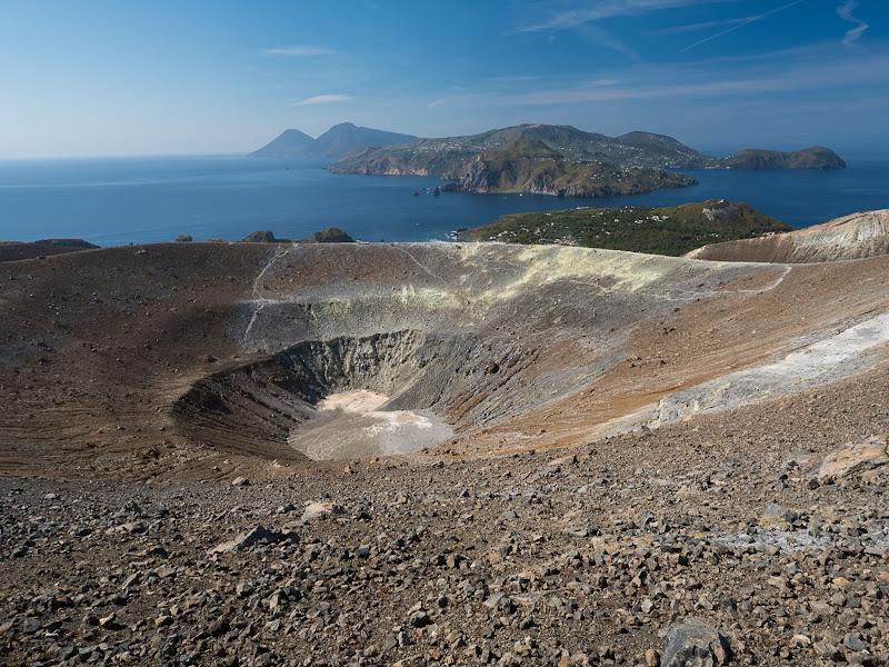Cràter de Vulcano i illa de Lipari al fons