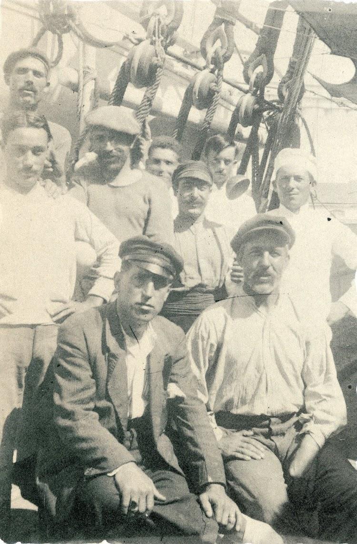 El patron y tripulantes del EMILIO. Foto del libro EL PUERTO DE MOTRIL..jpg